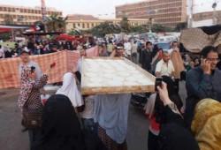 مئات النساء في مسيرة بكعك العيد بميدان رابعة العدوية