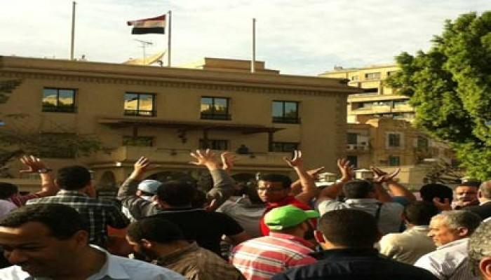 العشرات أمام العليا للانتخابات للمطالبة بعزل الفلول