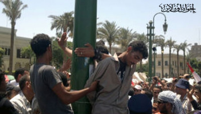 شباب الثورة يقبضون على 3 بلطجية بالميدان