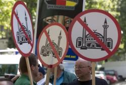 """العنصرية الأمريكية تتصاعد.. إلغاء رحلة مسلمَيْن بتهمة """"عدم الارتياح""""!"""