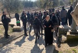 """الاحتلال يعتقل 5 نساء من أمام مصلى باب الرحمة """"فيديو"""""""