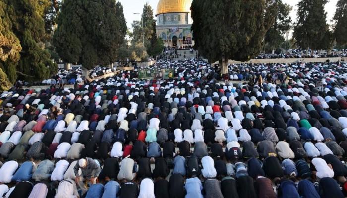 25 ألفا يؤدون صلاة الجمعة بساحات المسجد الأقصى