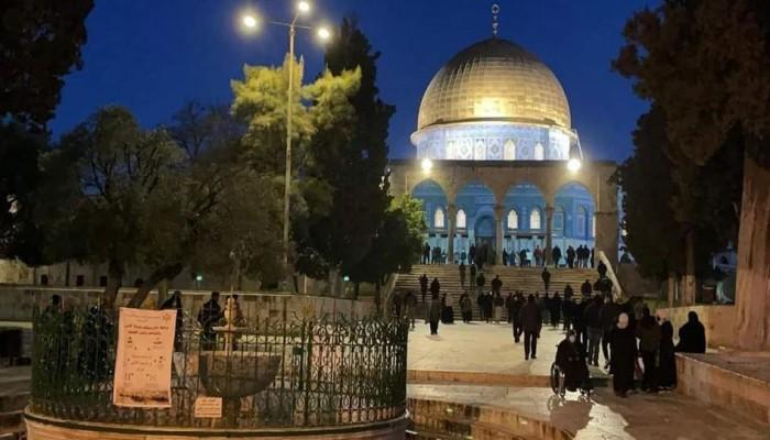 المئات يؤدون صلاة الفجر بالمسجد الأقصى على رغم قيود الاحتلال