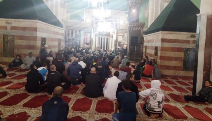 مئات المواطنين يؤدون صلاة الفجر على بلاط المسجد الإبراهيمي