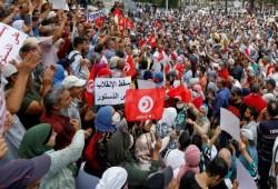 تونس.. آلاف المتظاهرين يهتفون: الشعب يريد إسقاط الانقلاب