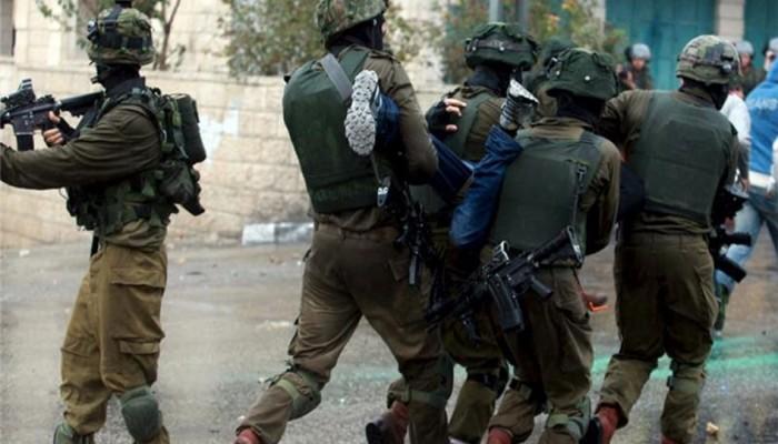 الاحتلال يشن حملة اعتقالات بالضفة ويصيب فلسطينيًّا بالرصاص