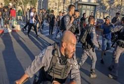 60 جريحًا و13 معتقلًا بقمع الاحتلال الفلسطينيين في باب العامود