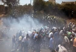 إصابتان بقمع الاحتلال مسيرة للمطالبة باستعادة جثامين الشهداء